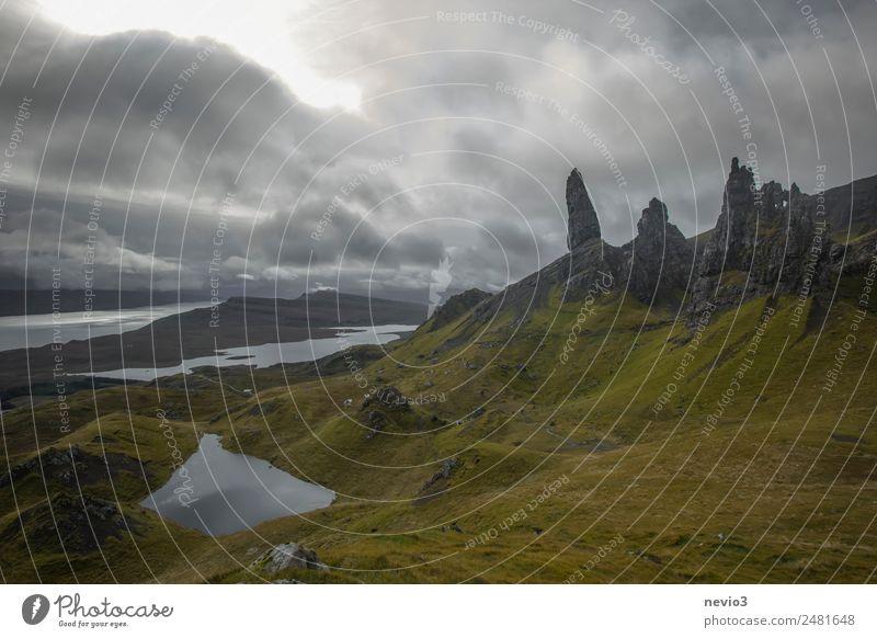 Old Man of Storr in Schottland Landschaft schlechtes Wetter Unwetter Sturm Gras Felsen Berge u. Gebirge Küste Fjord grau grün Unwetterwarnung Großbritannien