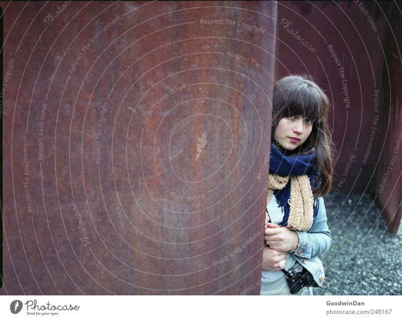 sonst wo. Mensch feminin Junge Frau Jugendliche Erwachsene 1 Kunstwerk Rost Fotokamera Schal Pony Kieselsteine Lächeln stehen warten Freundlichkeit Fröhlichkeit