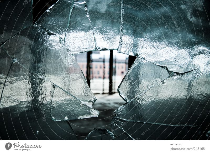 Die Vergangenheit bekommt Risse alt Einsamkeit dunkel kalt Fenster hell Angst kaputt Perspektive außergewöhnlich einzigartig Vergänglichkeit Fabrik Wut Gewalt