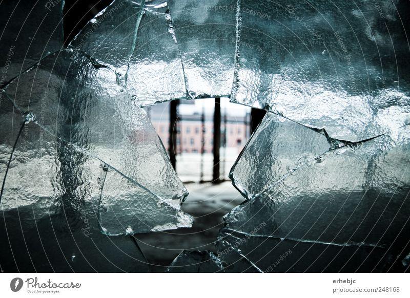 Die Vergangenheit bekommt Risse alt Einsamkeit dunkel kalt Fenster hell Angst kaputt Perspektive außergewöhnlich einzigartig Vergänglichkeit Fabrik Wut Gewalt trashig