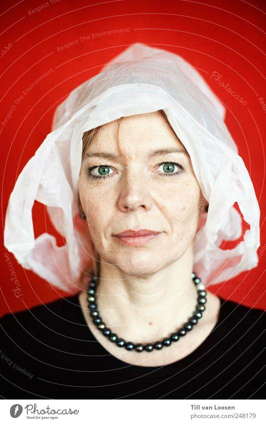 Fliewatüüt Mensch feminin Frau Erwachsene 1 30-45 Jahre Mütze rothaarig trashig schwarz weiß Perlenkette Plastiktüte Mittelalter bleich Haarsträhne Farbfoto