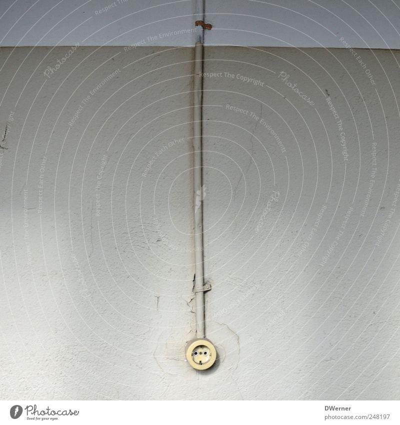 Strommonopol Stil Renovieren Industrieanlage Mauer Wand Fassade Stein Häusliches Leben alt dunkel historisch kaputt grau Netzwerk Nostalgie Kabel Steckdose
