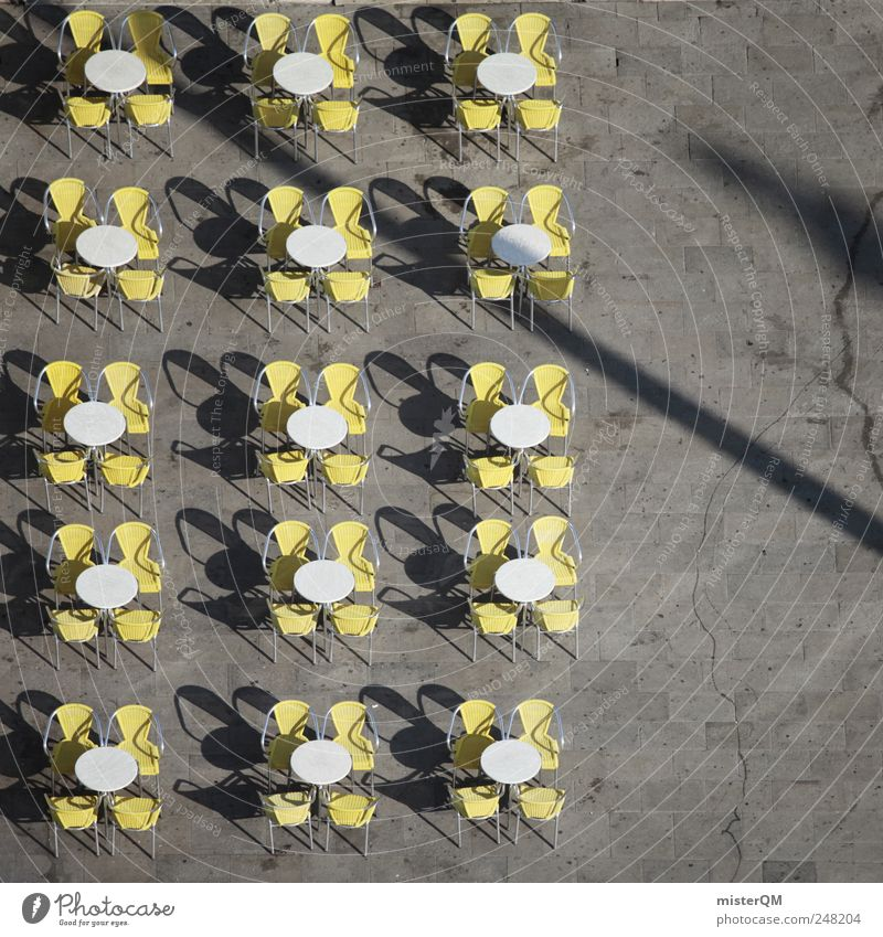 In Reih' und Glied Platz Marktplatz Symmetrie Café Stuhl Tisch Sommer weiß gelb grau Restaurant Gastronomie Open Air Treffpunkt Sitzgelegenheit Eisdiele frei