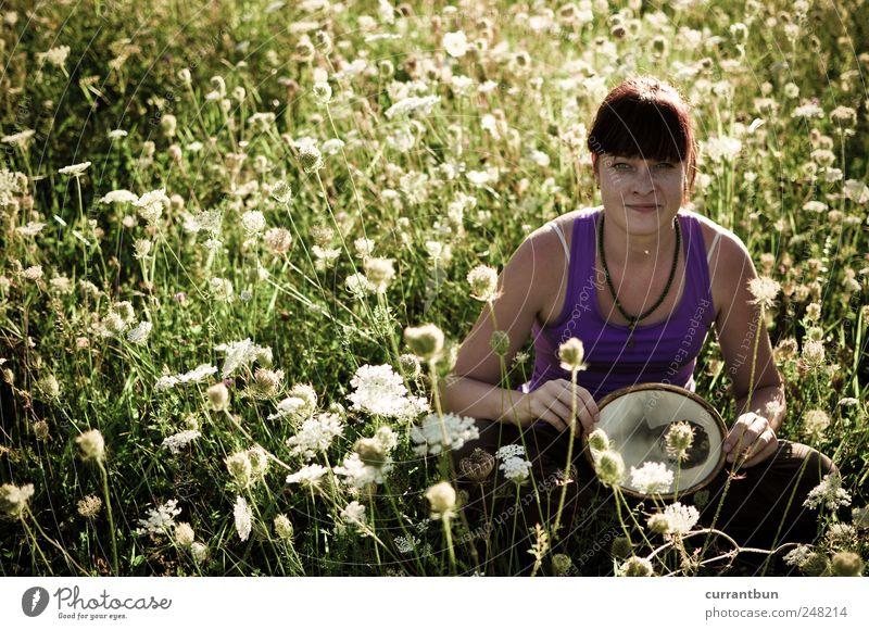 miss moustache traut sich. Frau grün Blume Farbe Erholung Wiese Zufriedenheit einzigartig violett Neugier Kreativität Blumenstrauß