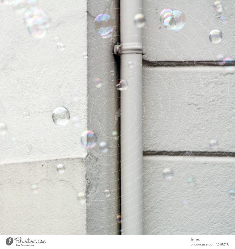 weil sie uns ähnlich sind Freude Kinderspiel Haus Mauer Wand Spielzeug Kugel fliegen weiß Farbe Vergänglichkeit Fallrohr Hausecke Schweben parallel Befestigung