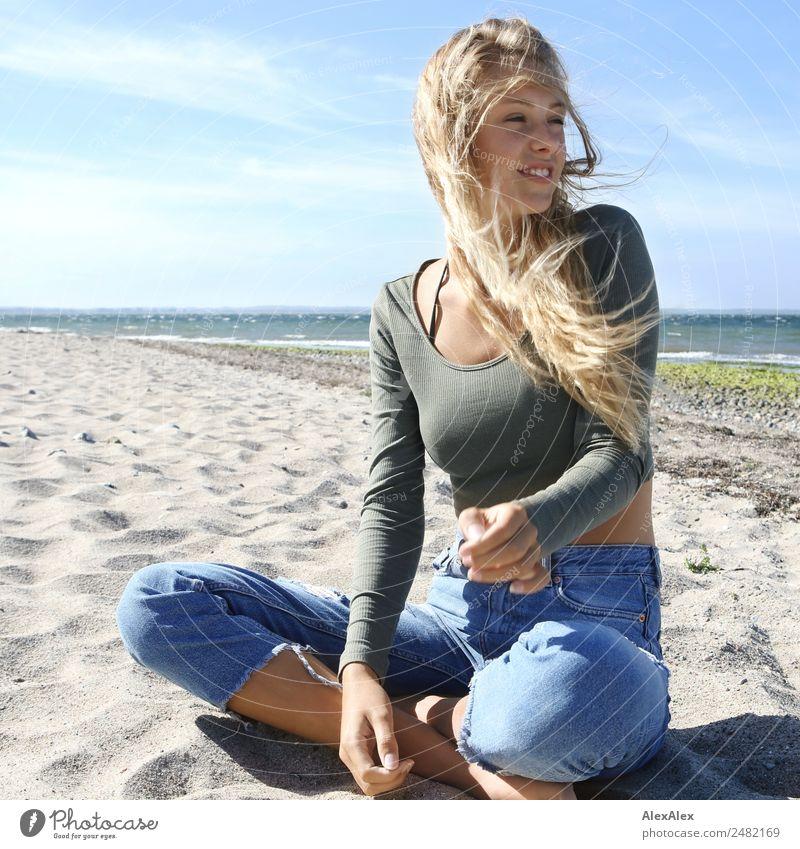 Junge, schlanke, blonde Frau am Ostseestrand Lifestyle Freude schön Wohlgefühl Erholung Sommer Sommerurlaub Sonne Sonnenbad Strand Junge Frau Jugendliche