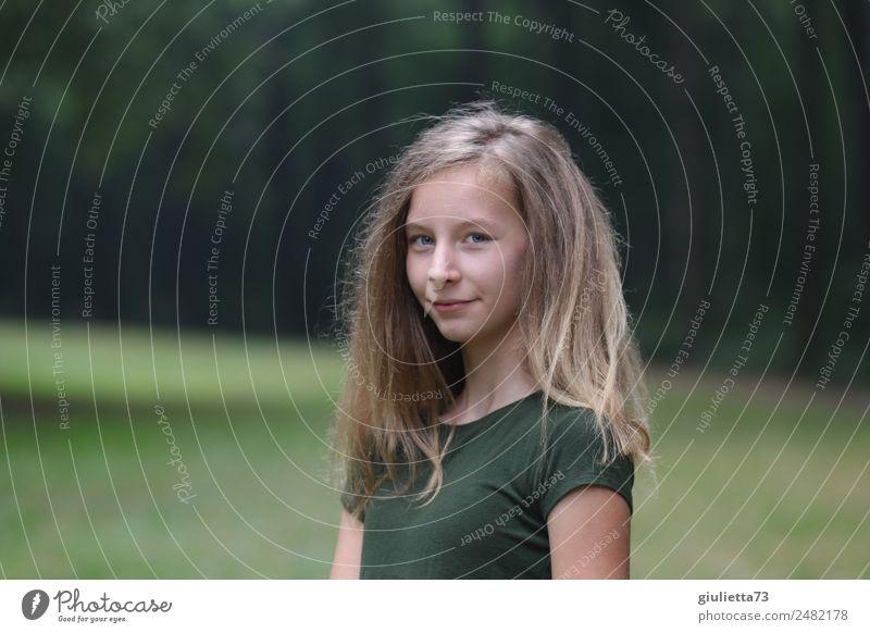 Dreizehneinhalb | Teenager Mädchen im Park Jugendliche 1 Mensch 8-13 Jahre Kind Kindheit 13-18 Jahre blond langhaarig Lächeln positiv Zufriedenheit selbstbewußt