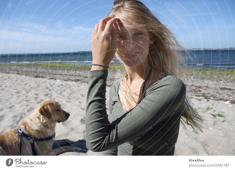 Junge Frau mit blondem Labrador am Ostseestrand Lifestyle schön harmonisch Sommer Sommerurlaub Sonne Sonnenbad Strand Meer Jugendliche 18-30 Jahre Erwachsene
