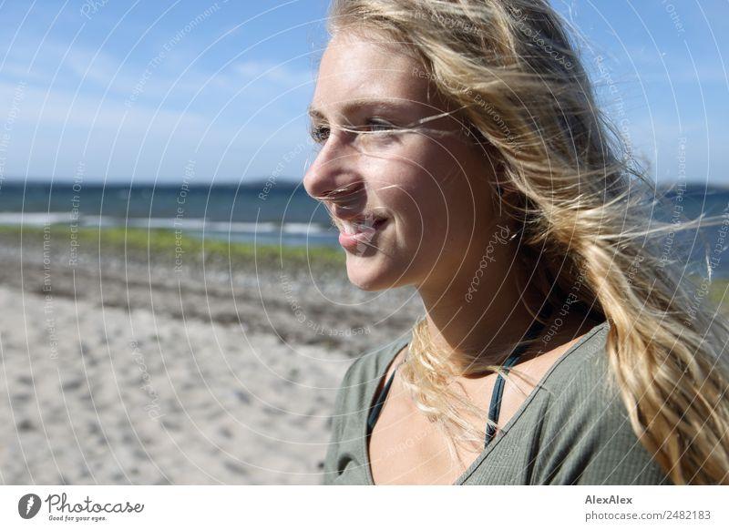 Portrait einer jungen Frau am Strand Freude schön Wohlgefühl Sommer Sommerurlaub Sonne Junge Frau Jugendliche Gesicht 18-30 Jahre Erwachsene Landschaft