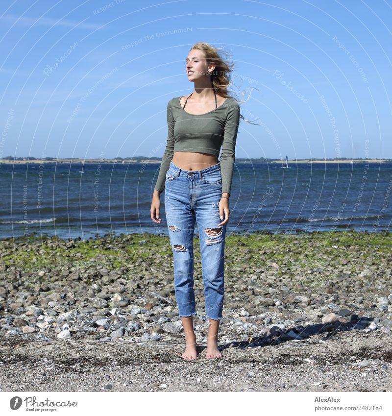 Junge Frau steht mit geschlossenen Augen am Ostseestrand Jugendliche Sommer schön Wasser Landschaft Sonne Meer Strand 18-30 Jahre Erwachsene Lifestyle natürlich
