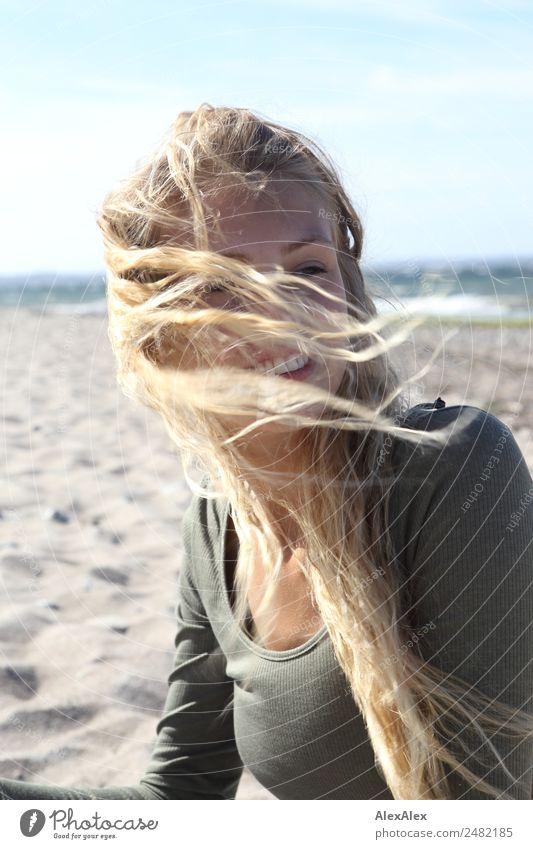 Junge Frau am Stand von blonden Haar umweht schön Haare & Frisuren Wohlgefühl Ausflug Jugendliche 18-30 Jahre Erwachsene Landschaft Sommer Schönes Wetter Wind