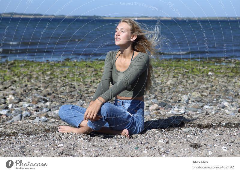 Junge Frau am Strand in der Sonne Lifestyle Glück schön Wohlgefühl Sommer Sommerurlaub Sonnenbad Meer Wellen Jugendliche 18-30 Jahre Erwachsene Landschaft