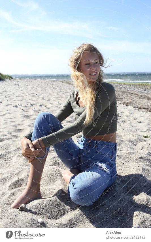 Junge Frau am Ostseestrand Natur Jugendliche Sommer schön Landschaft Sonne Strand 18-30 Jahre Erwachsene Glück Sand blond ästhetisch sitzen Lächeln