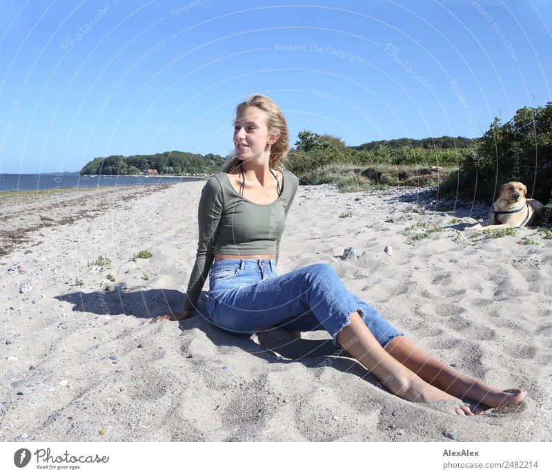 Junge Frau und Labrador am Ostseestrand Jugendliche Sommer schön Landschaft Sonne Meer Freude Strand 18-30 Jahre Erwachsene Lifestyle Glück Sand blond