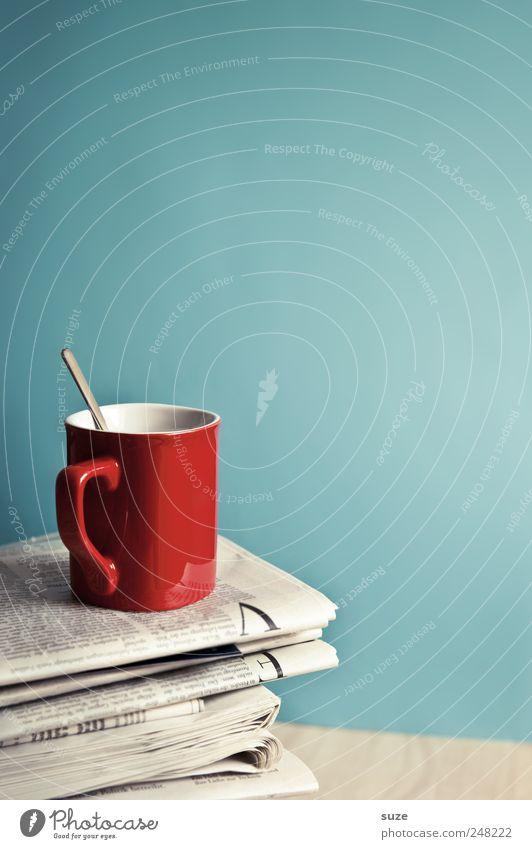 Nescafé Kaffee Tasse Tisch Arbeit & Erwerbstätigkeit Arbeitsplatz Wirtschaft Business Printmedien Zeitung Zeitschrift Sammlung genießen stehen rot Genusssucht