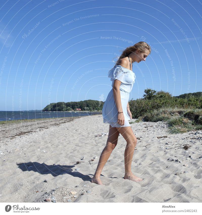 Junge Frau geht am Strand Jugendliche Sommer schön Landschaft Sonne Meer 18-30 Jahre Erwachsene Beine natürlich Stil Sand gehen blond