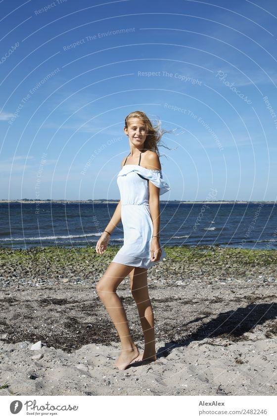 Junge Frau im Sommer am Strand Natur Jugendliche schön Sonne Landschaft Meer Freude 18-30 Jahre Erwachsene Lifestyle Leben Sand blond