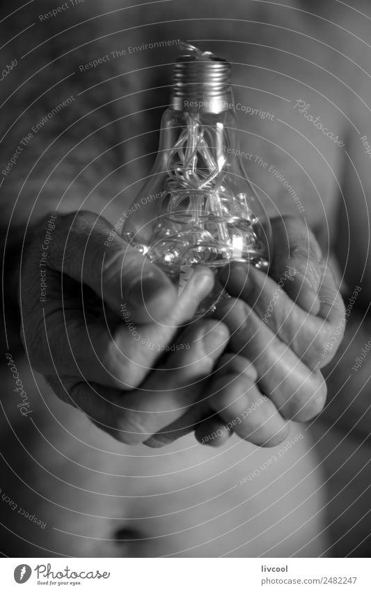 Idee in Händen Lifestyle Lampe Mann Erwachsene Frauenbrust Arme Finger Kunst Kristalle authentisch Coolness nackt Gefühle Tatkraft Licht Knolle Glühbirne Truhe