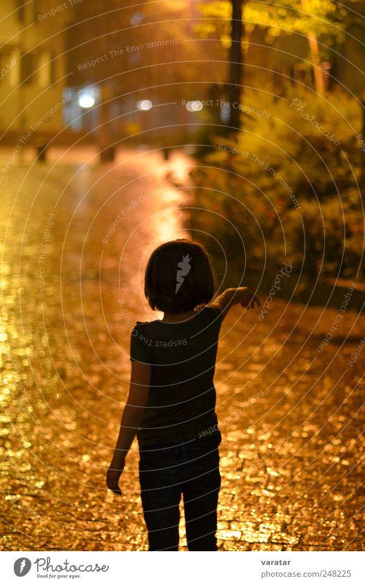 Sommernachtsregen Mensch Kind Mädchen Kindheit 1 3-8 Jahre Wetter schlechtes Wetter Unwetter Regen Gewitter T-Shirt brünett nass schön braun gold Stimmung