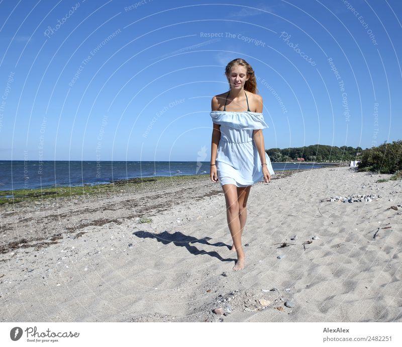 Junge Frau geht am Ostseestrand auf jemanden zu elegant schön Leben Sommer Sommerurlaub Sonne Sonnenbad Strand Meer Jugendliche 18-30 Jahre Erwachsene