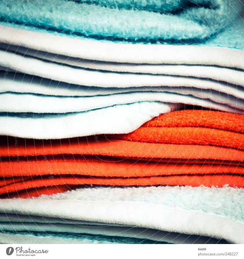 Volle Deckung Streifen kuschlig Decke Textilien Material Stapel Farbfleck hell-blau rot Farbfoto mehrfarbig Innenaufnahme Nahaufnahme Detailaufnahme abstrakt