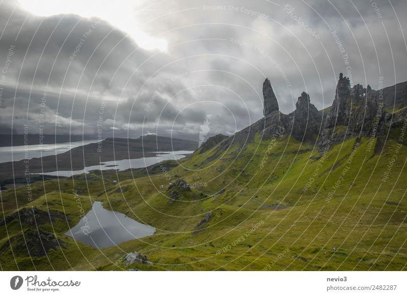 Old Man of Storr auf der Isle of Skye in Schottland Landschaft Sommer Herbst Gras Hügel Felsen Berge u. Gebirge grün Grasland Insel des Nebels Felswand See