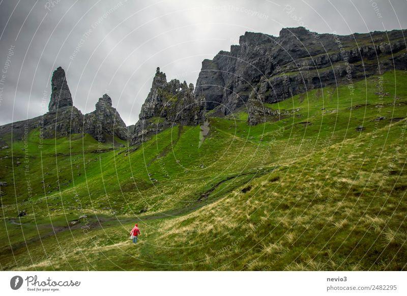 Die Wanderin Mensch Natur schön grün Landschaft Berge u. Gebirge Wiese Gras außergewöhnlich Felsen oben wandern authentisch Insel einfach bedrohlich