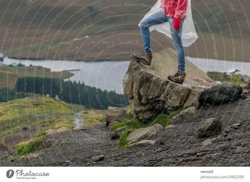 Wanderin steht auf einem Felsen am Old Man of Storr Lifestyle Gesundheit Leben Ferien & Urlaub & Reisen Tourismus Ausflug Abenteuer Ferne Sightseeing