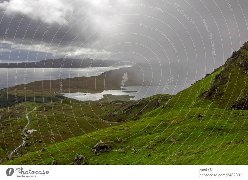 Regenschauer Natur Landschaft Gras grün Regenwasser Regenwolken Grasland Graswiese Grassteppe Berge u. Gebirge Hügel wandern See Ferne Wolken Wolkenhimmel