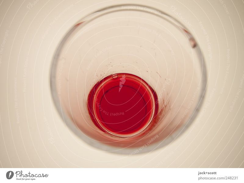 ein Glas auf einmal weiß rot Stil Linie hell Design Glas Glas Perspektive ästhetisch Kreis Ecke Sauberkeit trinken erleuchten rein