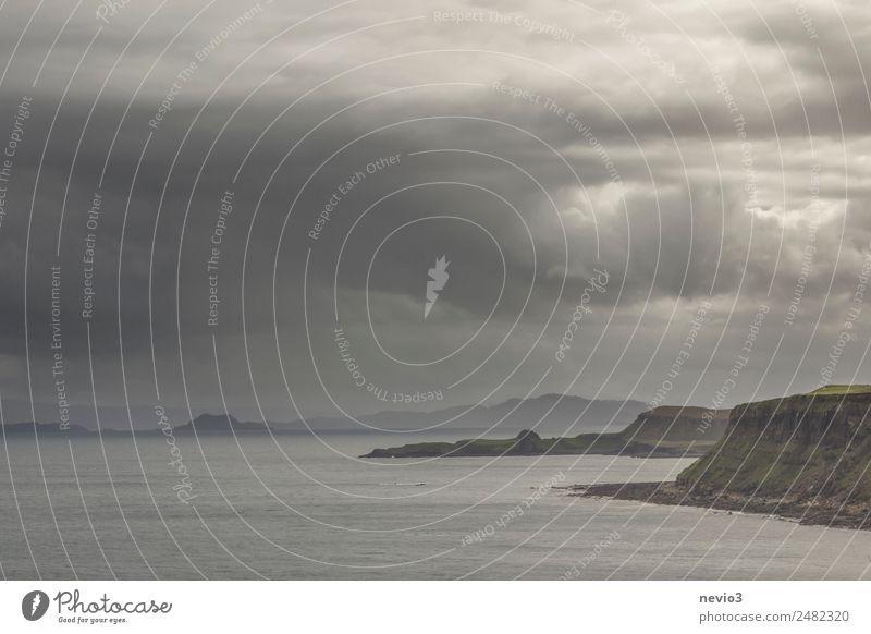 Dunkle Regenwolken an der Küste der Isle of Skye in Schottland Wasser Himmel Gewitterwolken schlechtes Wetter Unwetter Sturm Wellen Strand Bucht Unendlichkeit