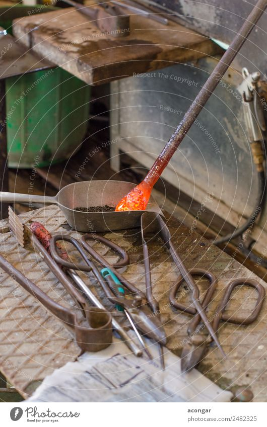 Glaskünstler in seiner Werkstatt. Dekoration & Verzierung Arbeit & Erwerbstätigkeit Handwerk Business Werkzeug Kunst Schmuck machen heiß gelb Tradition Aktion