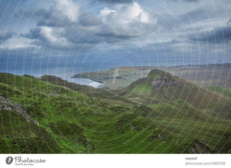 Ausblick vom Quiraing Natur grün Landschaft Wolken Berge u. Gebirge Küste wild wandern Horizont Wetter Abenteuer einzigartig Hügel Landwirtschaft Bucht Weide