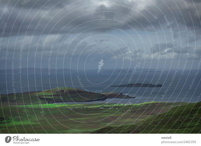 Isle of Skye in Schottland Landschaft Himmel Wolken Gewitterwolken Gras Hügel Berge u. Gebirge Küste Bucht Meer grün Insel Atlantik typisch Landleben
