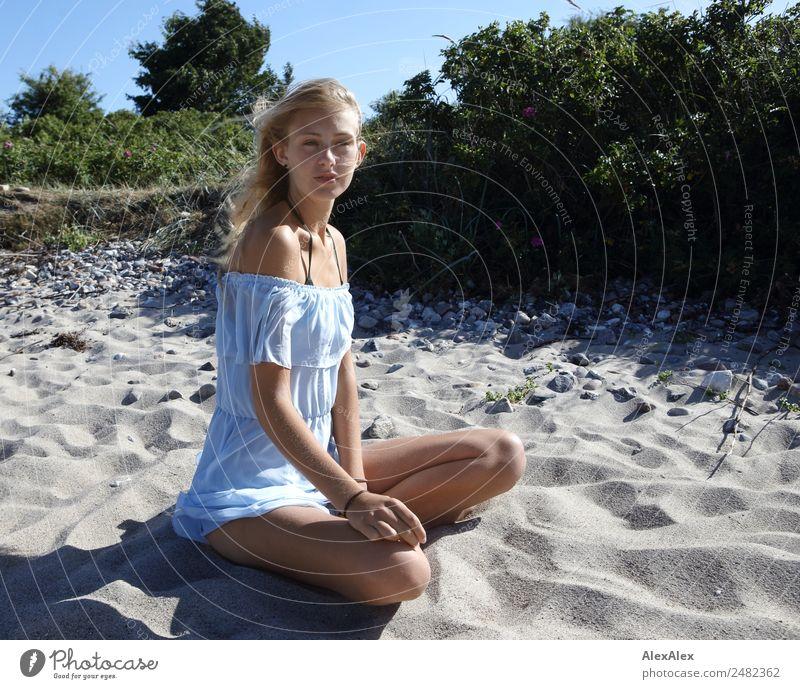 Junge Frau vor Stranddüne Jugendliche schön Landschaft Sonne Meer Freude 18-30 Jahre Erwachsene Lifestyle Leben Beine Sand blond ästhetisch