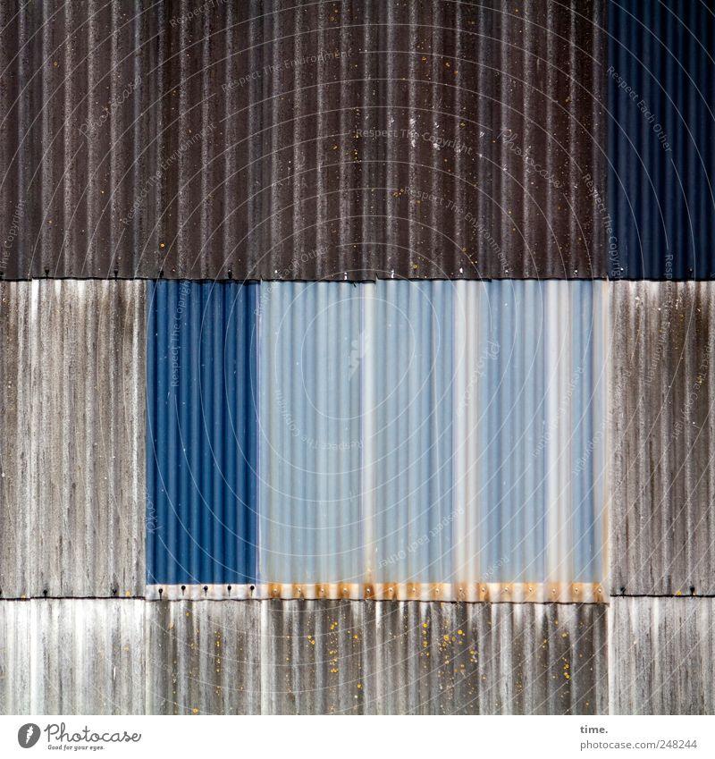 hält mehr als sie verspricht Bauwerk Halle Schiffswerft Kunststoff alt ästhetisch blau braun durchsichtig Blech Wand verrotten überlappen Flickwerk vertikal