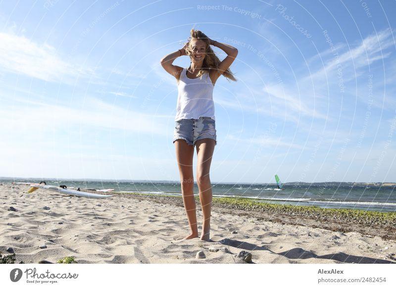 Junge Frau am Ostseestrand Lifestyle schön Leben Erholung Sommer Sommerurlaub Sonne Sonnenbad Strand Meer Wellen Jugendliche 18-30 Jahre Erwachsene Natur