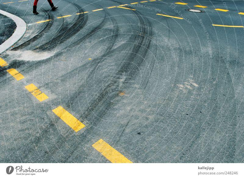 kreisläufer 1 Mensch Verkehr Verkehrswege Autofahren Fußgänger Straße Wege & Pfade gehen Kurve Bremsspur Linie Strichellinie Farbfoto Außenaufnahme