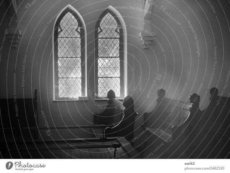 Alte Kapelle Gebäude Friedhofskapelle Kirchenfenster Kirchenbank Trauerhalle alt historisch Mitgefühl trösten geduldig ruhig Glaube demütig Traurigkeit Tod