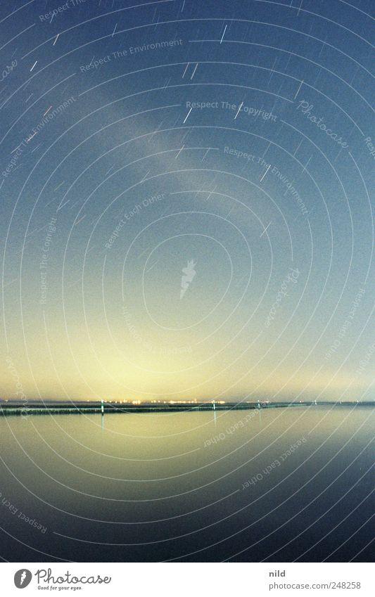 nachtaktiv Ferien & Urlaub & Reisen Ferne Freiheit Sommer Meer Umwelt Landschaft Wolkenloser Himmel Nachthimmel Stern Horizont Schönes Wetter Küste Seeufer blau