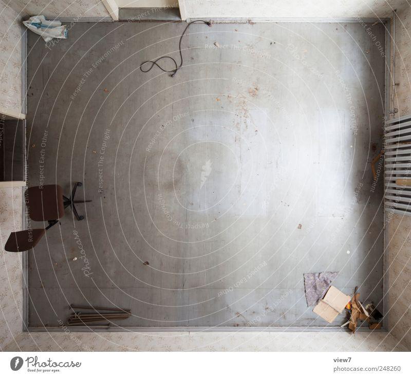 [ ] Renovieren Umzug (Wohnungswechsel) einrichten Innenarchitektur Möbel Stuhl Raum alt dreckig authentisch einfach Ferne groß oben schön grau Beginn ästhetisch