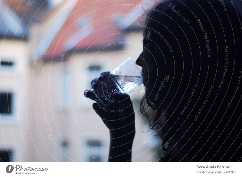 wasser. Haare & Frisuren 1 Mensch langhaarig Locken Wasserglas Glas Wassertropfen festhalten trinken Durst Sehnsucht Enttäuschung Farbfoto Gedeckte Farben