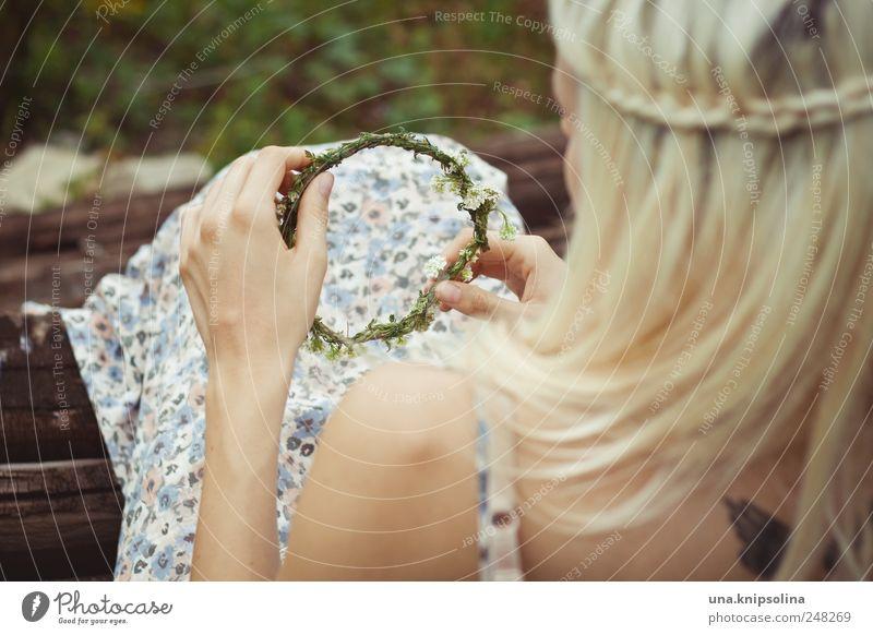 kranz Mensch Natur Jugendliche schön Pflanze feminin Haare & Frisuren Blüte blond festhalten Kleid berühren Blühend langhaarig Junge Frau Zopf