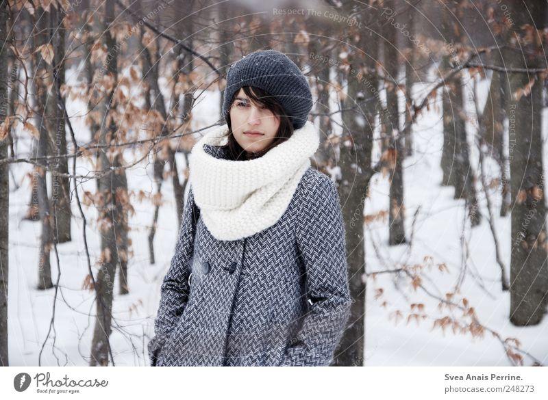 bald. feminin Junge Frau Jugendliche 1 Mensch 18-30 Jahre Erwachsene Winter schlechtes Wetter Baum Wald Mode Mantel Wintermantel Schal Mütze stehen kalt schön