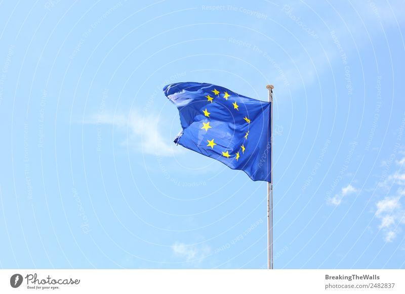 Die Flagge der Europäischen Union im Wind Himmel Wolken Sonnenlicht Schönes Wetter Fahne blau Europa Europafahne EU Europäische Union Transparente winken