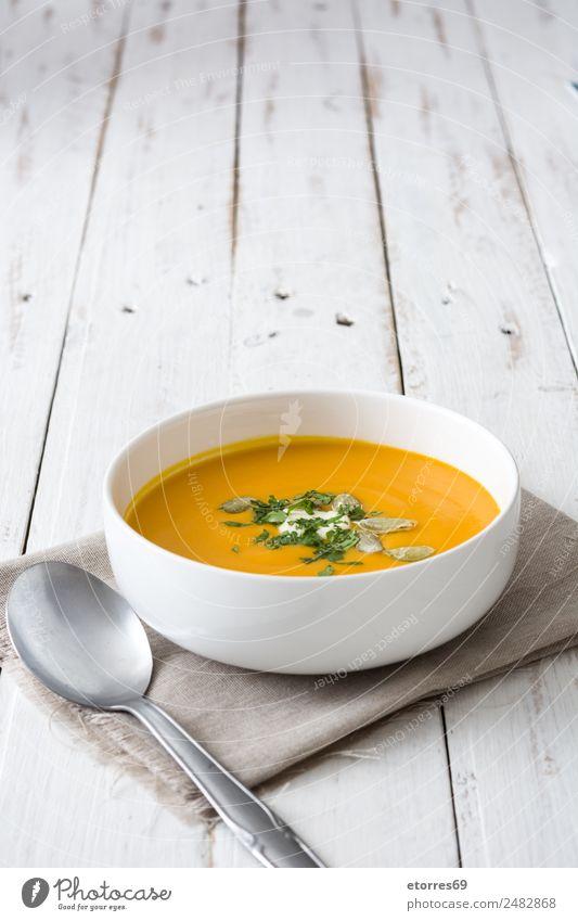 Kürbissuppe in weißer Schale auf weißem Holztisch Lebensmittel Gesunde Ernährung Foodfotografie Speise Gemüse Suppe Eintopf Bioprodukte Vegetarische Ernährung