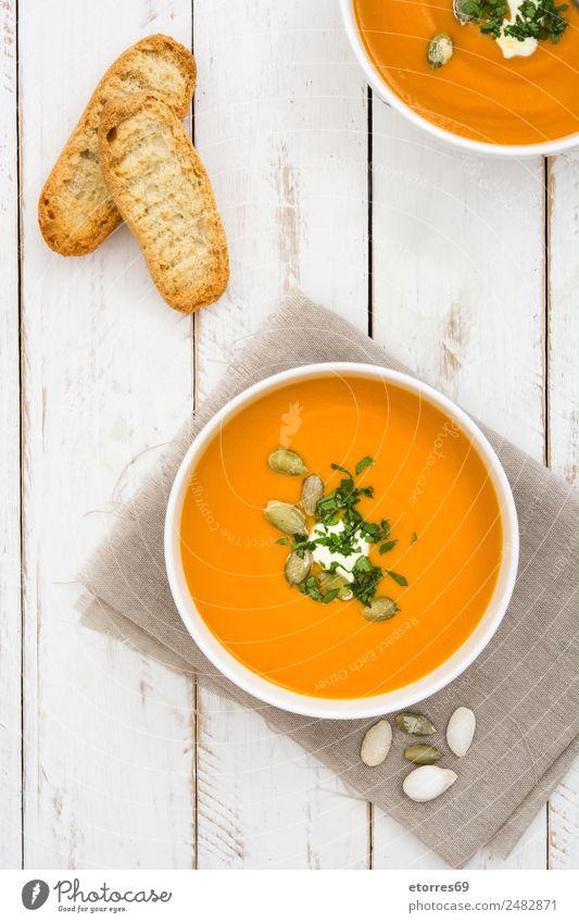Kürbissuppe in weißer Schale auf weißem Holztisch Lebensmittel Gemüse Suppe Eintopf Ernährung Bioprodukte Vegetarische Ernährung Schalen & Schüsseln Gesundheit