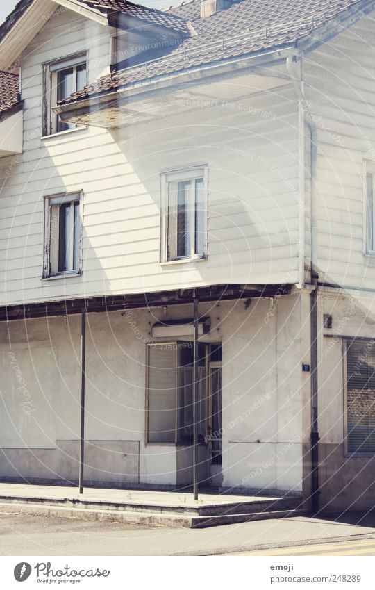 Shop Menschenleer Haus Einfamilienhaus Bankgebäude Industrieanlage Fabrik Gebäude Mauer Wand Fassade Fenster Tür grau Ladengeschäft Unbewohnt Farbfoto