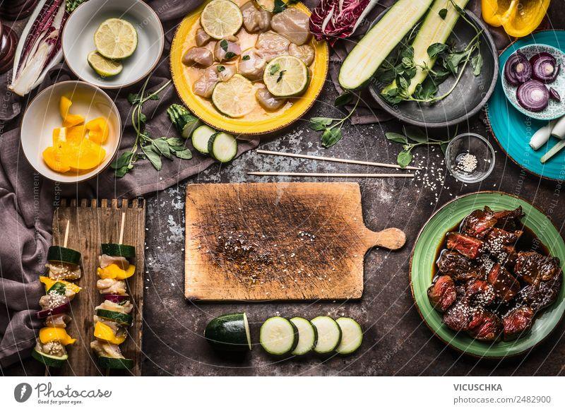 Fleischspieße mit Gemüse für Grill vorbereiten Lebensmittel Ernährung Picknick Stil Design Gesunde Ernährung Sommer Häusliches Leben Tisch Küche Hintergrundbild