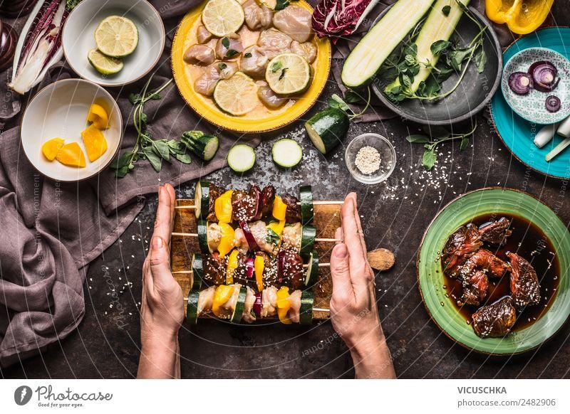 Fleischspieße für Grillen zubereiten Hand Foodfotografie feminin Stil Lebensmittel Häusliches Leben Design Ernährung Tisch Küche Gemüse Bioprodukte Geschirr